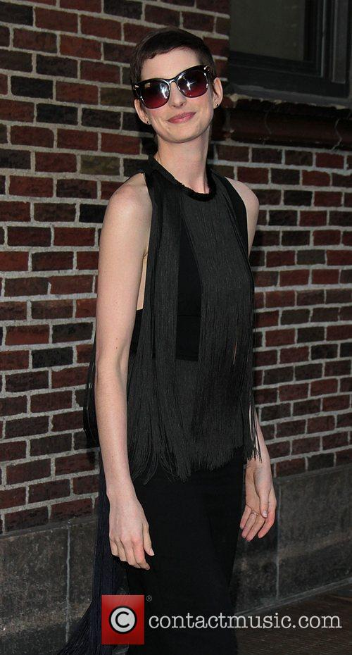 anne hathaway at the the late show 3986676