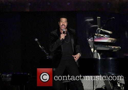 lionel richie performing at the manchester mcr 4170364