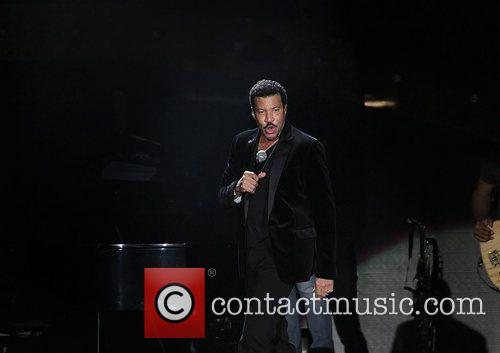 lionel richie performing at the manchester mcr 4170388
