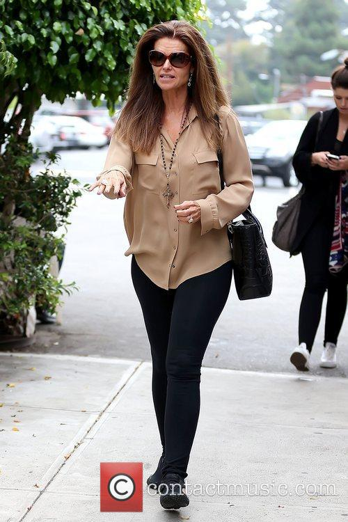 maria shriver leaving brentwood country mart after 5928188