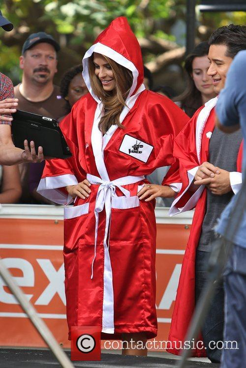 Extra, Maria Menounos and Mario Lopez 12