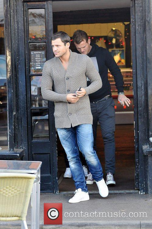 mark wright leaving a cafe after having 3649905