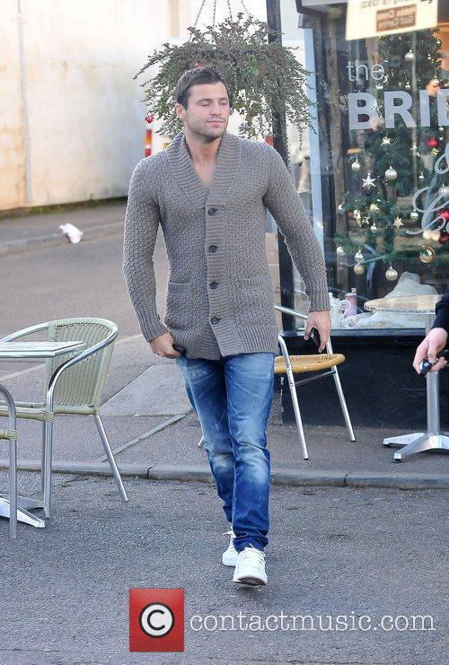 mark wright leaving a cafe after having 3649906