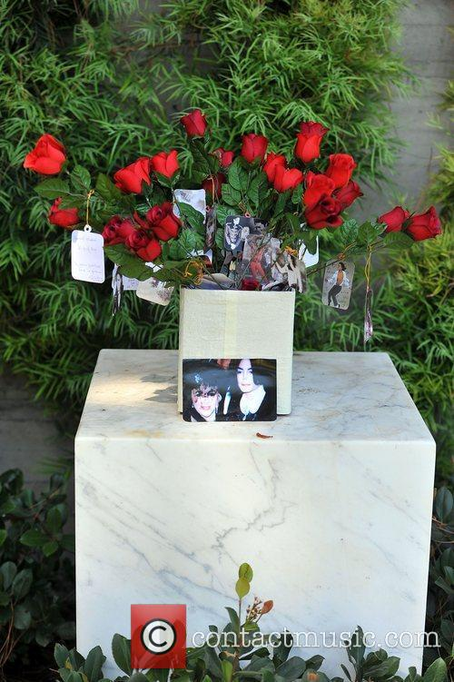 fans visit michael jacksons tomb at forest 4051199