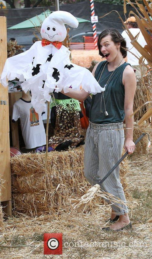 Milla Jovovich, Mr. Bones Pumpkin Patch