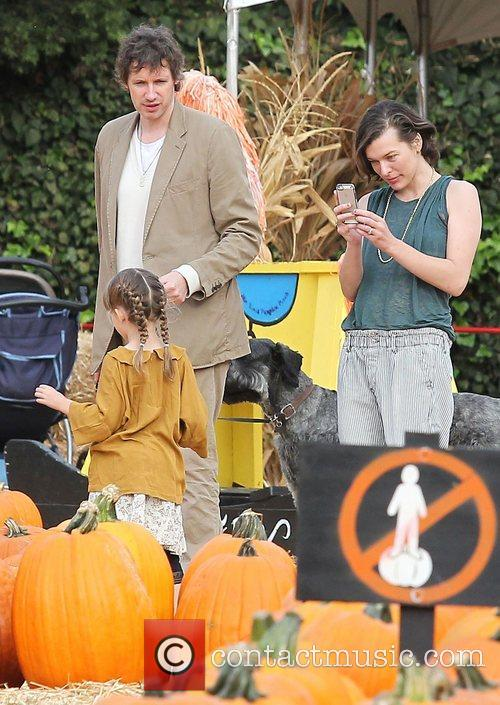 Milla Jovovich, Paul W.S. Anderson, Ever Gabo Anderson and Mr. Bones Pumpkin Patch 1