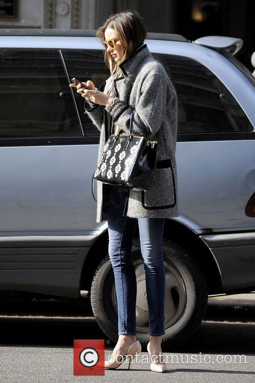 miranda kerr texting on her cellphone in 5960296