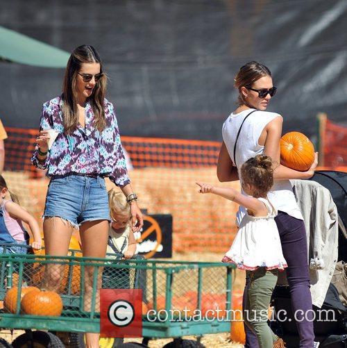 Alessandra Ambrosio and Jessica Alba 7