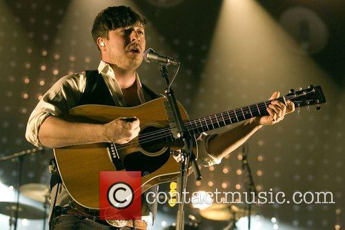 marcus mumford of mumford and sons perfoming 4190818