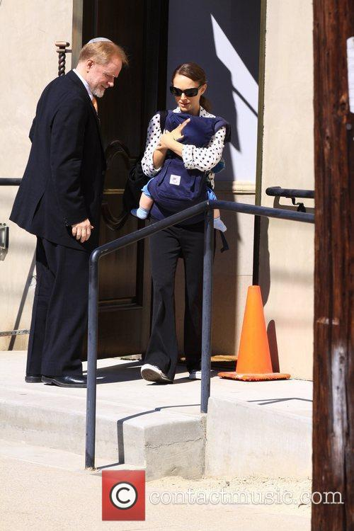 natalie portman carries her son aleph in 3762476