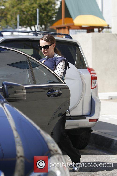 natalie portman carries her son aleph in 3762518