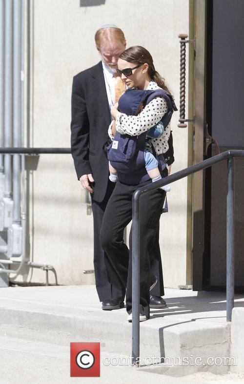 natalie portman carries her son aleph in 3762523