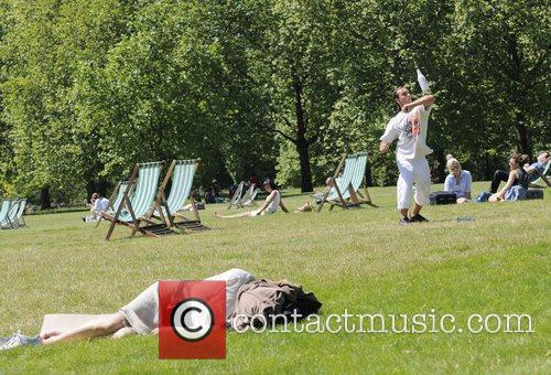 People enjoy the hot weather in Green Park.