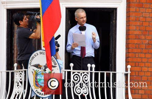 Julian Assange makes a statement from the balcony...