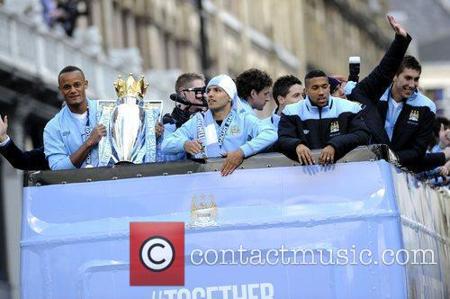 Vincent Kompany holds the trophey Manchester City Premier...