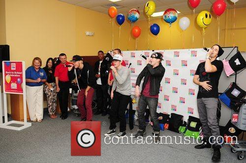 4 Count performs at the Office Depot Foundation...