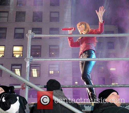 Taylor Swift Plays New Year's Rockin' Eve