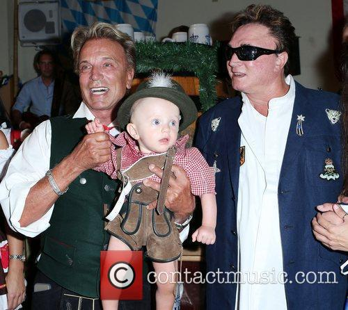 Siegfried Fischbacher, Roy Horn Siegfried and Roy kick...