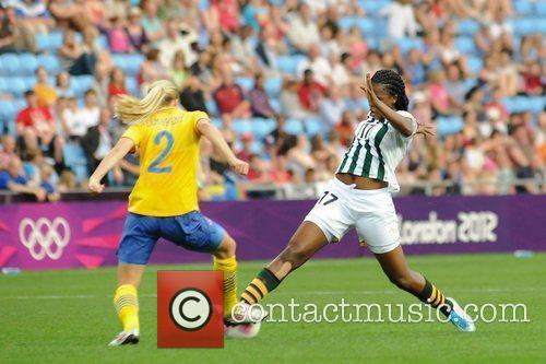 Andisiwe Mgcoyi ((South Africa) is tackled by Linda...
