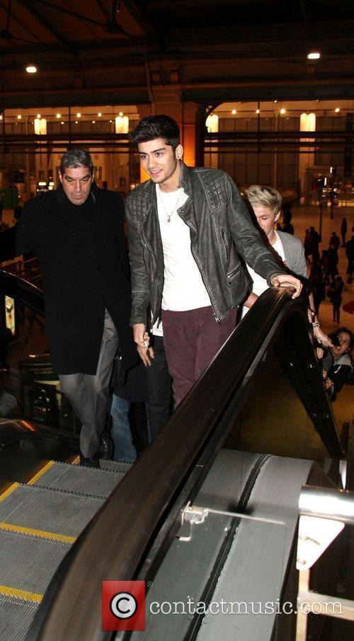 One Direction arrive at Gare Du Nord station...