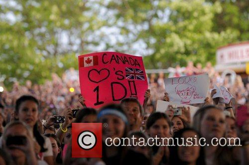 Fans  One Direction performs at the Molson...