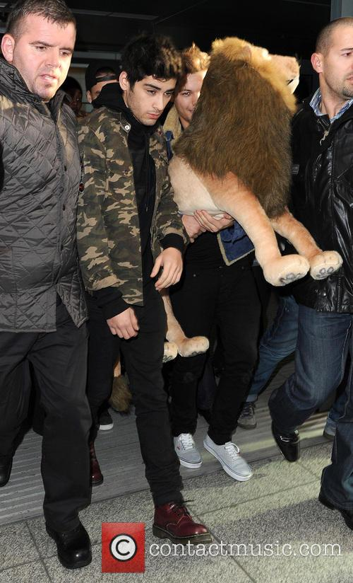 one direction arrive at a manic heathrow 20021149