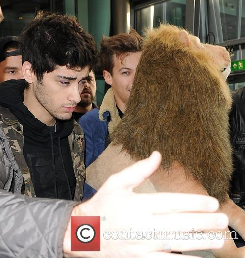 one direction arrive at a manic heathrow 20021152