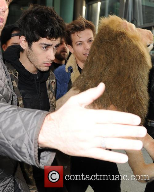 one direction arrive at a manic heathrow 20021153