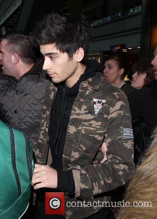 one direction arrive at a manic heathrow 20021169