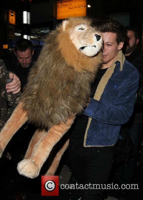 one direction arrive at a manic heathrow 20021174