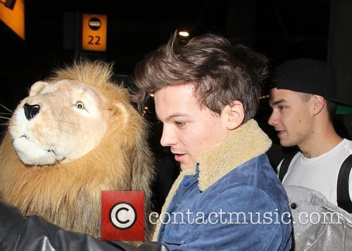 one direction arrive at a manic heathrow 20021177