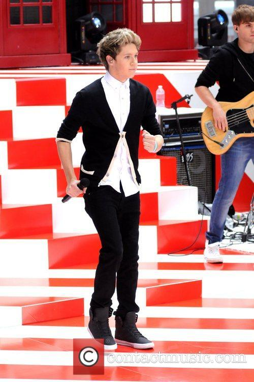 Niall Horan ,  One Direction performing live...