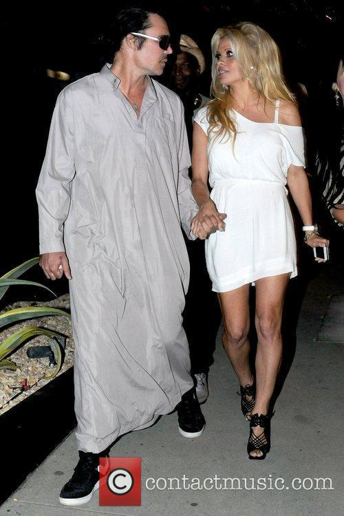 pamela anderson holding hands with a male 5885814