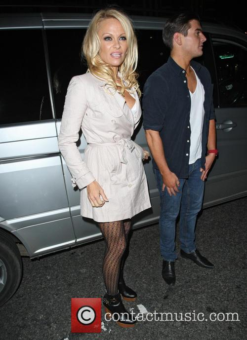 pamela anderson and friends leave the apollo 20043622