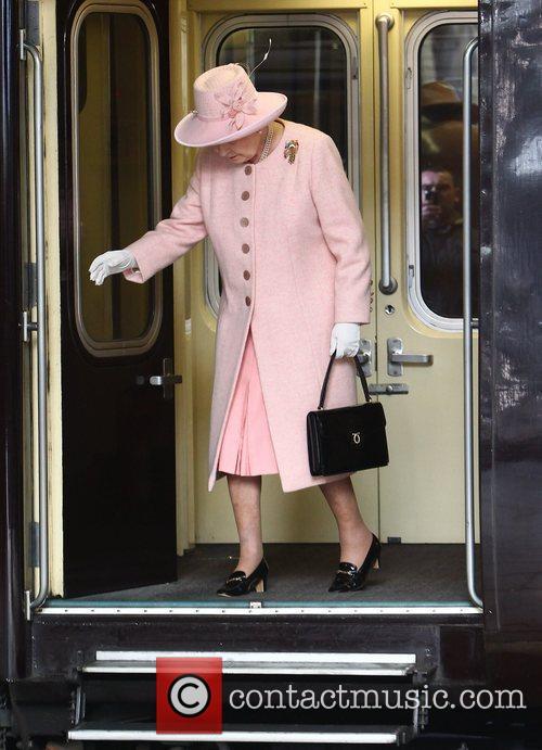 queen elizabeth ii arrives at victoria station 3794387