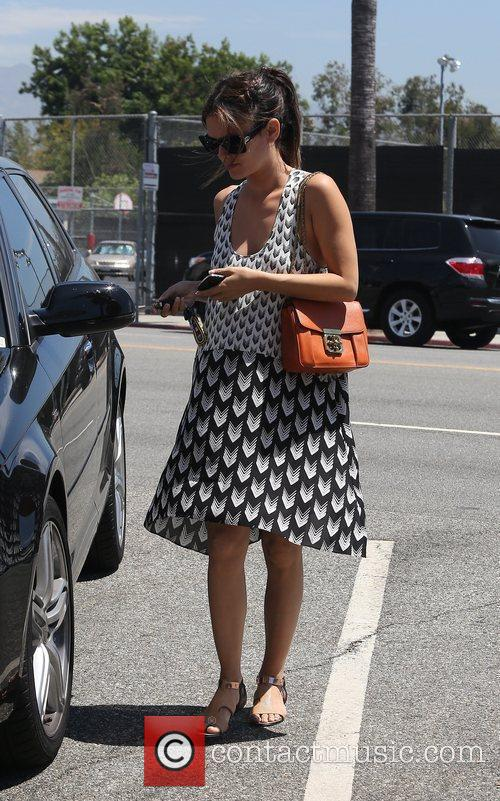 Rachel Bilson heads to Eat Well Coffee Shop...