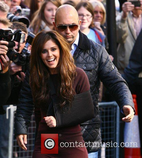 cheryl cole with her arm in a 4053189