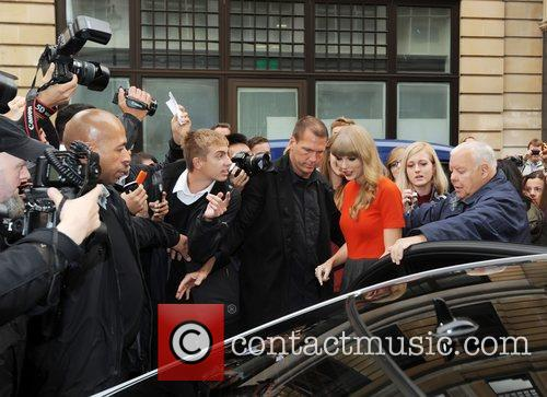 taylor swift outside the bbc radio 1 4114419
