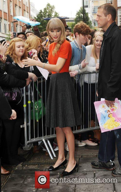 taylor swift outside the bbc radio 1 4114424