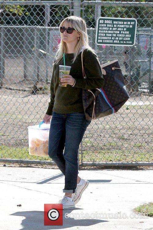 reese witherspoon carries sliced oranges as she 5948144