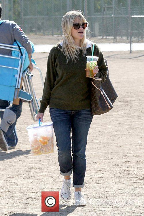 reese witherspoon carries sliced oranges as she 5948154