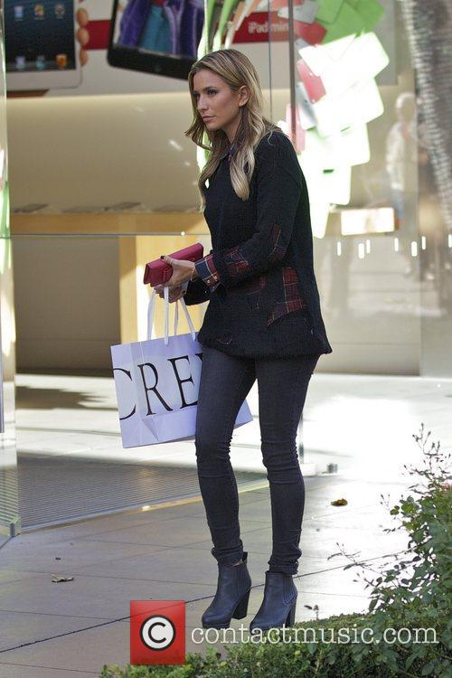 Extra and Renee Bargh 5