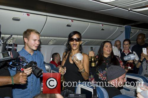 rihanna partying with her fans abord flight 4178263