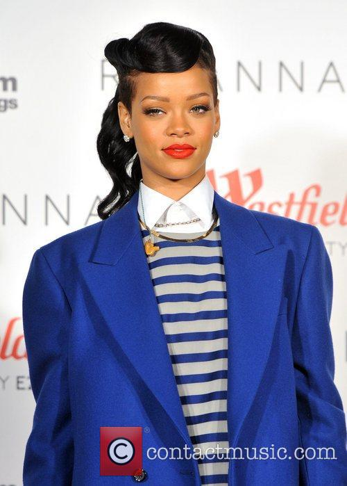 rihanna switches on the christmas lights at 4181215