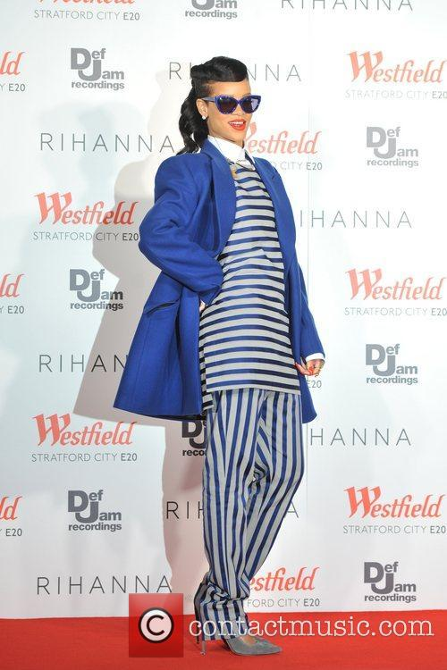 rihanna switches on the christmas lights at 4181220