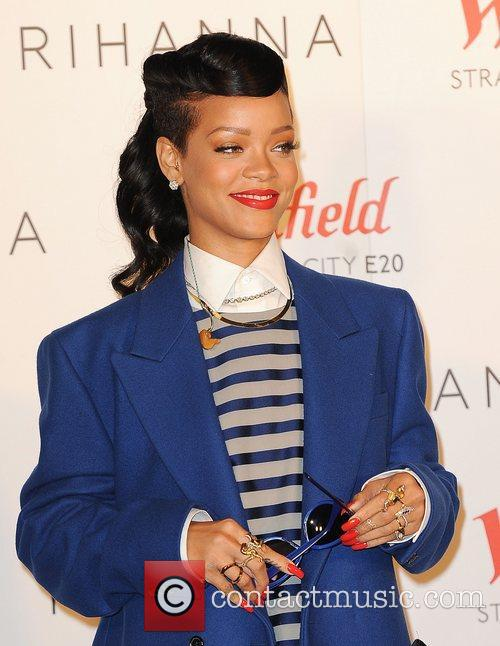 rihanna switches on the christmas lights at 4181280