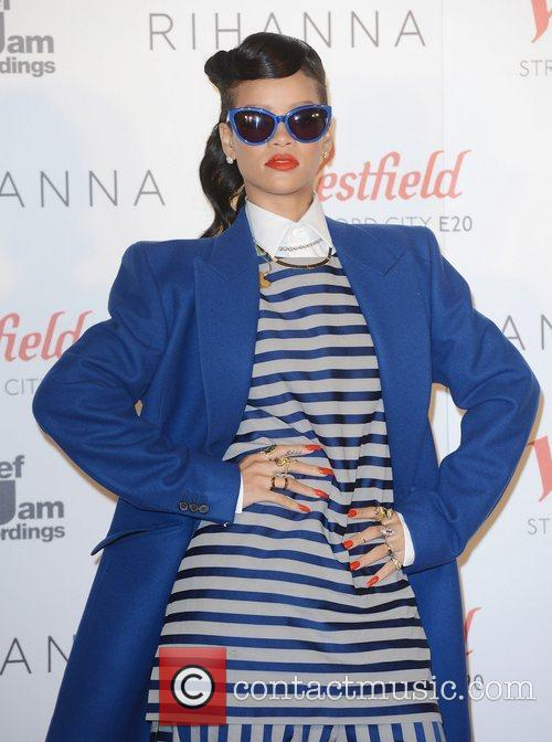 rihanna switches on the christmas lights at 4181305