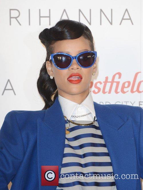 rihanna switches on the christmas lights at 4181314