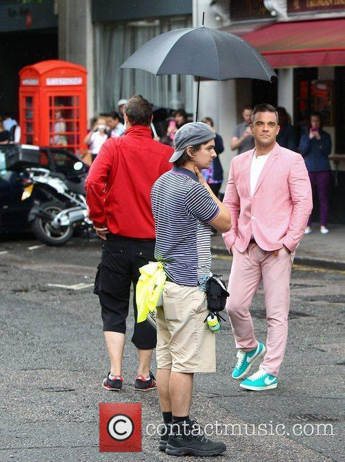 robbie williams films scenes for his new 4035045
