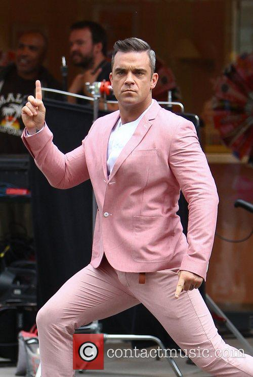 robbie williams films scenes for his new 4035151